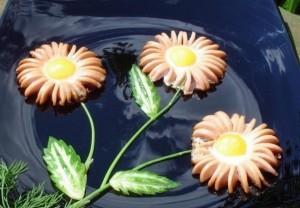 Завтрак для детей – цветок из яичницы и сосисек