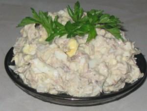 Салат из риса и рыбной консервы