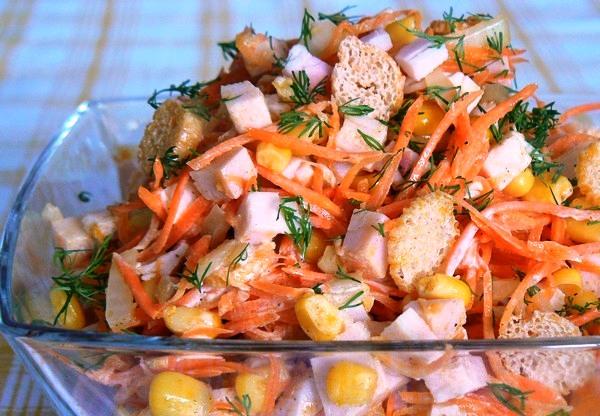 Салат с морковью и кукурузой и сухариками и колбасой рецепт
